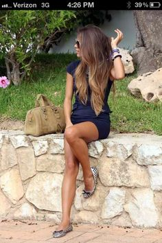 This girl is gorgeous. Love eveeything! Skin. Body. Hair. Style.
