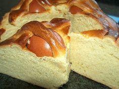 Páscoa pede folar. Tradicionalmente os padrinhos, na Páscoa, oferecem um folar (presente) aos seus afilhados. Antigamente o folar que se d... Bread Recipes, Cake Recipes, Dessert Recipes, Desserts, Mousse, Portuguese Recipes, Sweet Bread, Snacks, Relleno