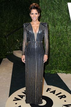 Halle Berry Photos - Actress Halle Berry arrives at the 2013 Vanity Fair Oscar Party hosted by Graydon Carter at Sunset Tower on February 2013 in West Hollywood, California. - 2013 Vanity Fair Oscar Party Hosted By Graydon Carter - Arrivals Halle Berry Oscar, Celebrity Red Carpet, Celebrity Style, Vestidos Versace, Oscar 2013, Divas, Elie Saab Gowns, Rare Fashion, High Fashion