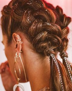 Coachella Hair Braided jewels – Fitness GYM You are in the right place about Coachella photoshoot Here we offer you the most beautiful pictures about the Coachella roupas you are looking for. When you examine the Coachella Hair Braided jewels –[. Coachella Makeup, Coachella Hair, Coachella Style, Braid Styles, Short Hair Styles, Festival Braid, Festival Style, Music Festival Hair, Beauty Society