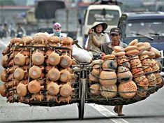 Pot delivery by bicycle. In Vietnam Vietnam Voyage, Cargo Bike, Working People, Jolie Photo, People Of The World, Laos, Transportation, Funny Pictures, Around The Worlds