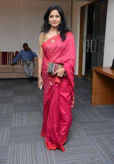 Indian Movie Singer Sunitha Hot Photos In Red Saree - Tollywood Boost Trendy Sarees, Stylish Sarees, Red Saree Plain, Most Beautiful Bollywood Actress, Beautiful Women Over 40, Cute Red Dresses, Indian Designer Sarees, Indian Sarees, Pattu Saree Blouse Designs