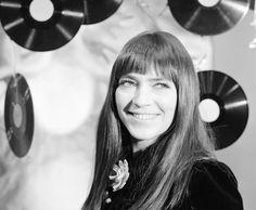"""Kovács Kati kislánykorában Little Richard és Louis Armstrong dalainak éneklésével """"edzette"""" a torkát, és az első Táncdalfesztivált is egy, a """"táncdal"""" műfajától tulajdonképpen idegen dallal, egy úgynevezett kiabálós slágerrel nyerte meg. A rockandroll-éneklés tehát mindig közelebb állt hozzá - ennek ellenére sorra nyerte meg a kor hazai és külföldi hagyományos dalfesztiváljait. 1968-ban - """"pályán kívülről"""" - az Év Színésznője lett."""