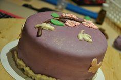 Mijn allereerste taartje. Hier nog niet geheel af gemaakt.