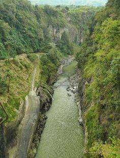 Cañón del Río Reventazón en la salida del Embalse de Cachí, Cartago, Costa Rica