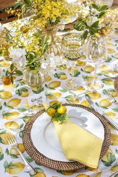 Mesa com tons de amarelo e verde! Usamos os pratos rasos da coleção de porcelana francesa Califórnia da Limoges by Matisse Casa, que trazem em suas bordas desenhos em alto-relevo de folhas e frutos combinando com o tema leve e natural da nossa mesa.