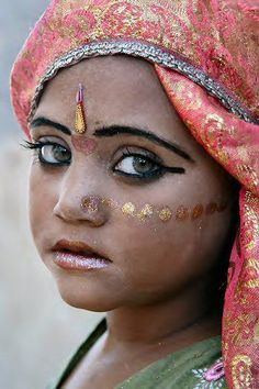 Indian girl with green eyes (© Mirjam Letsch Photography)