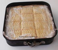 Prajitura cu biscuiti, mere si crema de vanilie - Bunătăți din bucătăria Gicuței Hungarian Recipes, Biscuit, Tray, Romania, Mariana, Trays, Crackers, Biscuits, Board