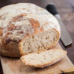 Chleb, który praktycznie nie wymaga pracy. Nie trzeba nastawiać zakwasu, zagniatać, formować... Wystarczy tylko wymieszać ze sobą składniki, pozostawić do wyrośnięcia i upiec. Ten chleb jest znany jako no knead bread. Jest idealny do wypieku w garnku żeliwnym. Smakuje wspaniale, a w domu roznosi się zapach jak w