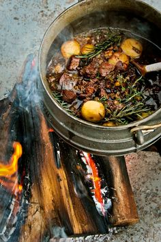 POTJIEKOS (direct translation: pot food) Slow cooked stew in a black cast iron pot a fire. South African Braai, South African Dishes, South African Recipes, Ethnic Recipes, Open Fire Cooking, Dutch Oven Cooking, African Stew, Best Camping Meals, Kos