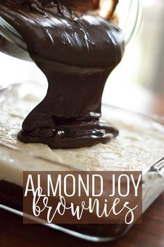 Almond joy brownies – classic brownies with a candy bar twist. Use a box mix as your base and turn up the volume with coconut and chocolate topping. What Are Almond Joy Brownies? Cookie Dough Cake, Cookie Brownie Bars, Chocolate Chip Cookie Dough, Brownie Cake, Box Brownies, Mint Brownies, 13 Desserts, Cookie Desserts, Delicious Desserts