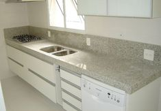 Bancada cozinha em granito siena com cuba dupla Little Houses, Clean House, Double Vanity, Kitchen Design, Kitchen Ideas, Sink, Sweet Home, New Homes, Kitchen Cabinets