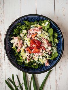 Fetasalat? Prøv nem og lækker sommersalat med jordbær og feta. Der er ikke noget bedre end en sprød og cremet sommersalat. Perfekt til grillmaden!