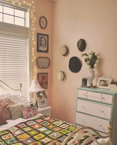 New vintage bedroom decor romantic bed frames ideas Pink Vintage Bedroom, Vintage Room, Retro Vintage, Vintage Hats, Vintage Purses, Vintage Ideas, Vintage Decor, Retro Bedrooms, Pink Bedrooms