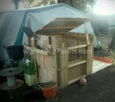Pallet compost bin - I love the one, looks like the top can be opened or shut, depending on weather! :D