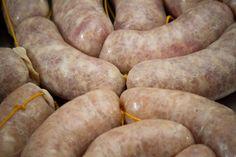 Esta es una receta de un chacinado, que corresponde a la categoría de Embutidos Frescos. Lo más importante es seleccionar la carne; partir de un corte de la pierna del cerdo tipo 80/20. Idealmente, por un lado 80% de un corte magro, al que le adicionamos el 20% restante de tocino (grasa de la espalda Charcuterie, Home Made Sausage, Argentina Food, Homemade Sausage Recipes, Colombian Food, How To Make Sausage, Barbacoa, Carnitas, Meat Lovers