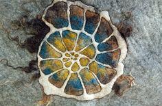 gefilzter Ammonit   felted ammonite, different Merino wool, Icelandwool locks        start to quilt the felt        after quilting ...