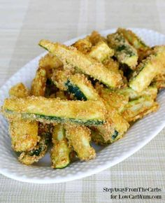 Low Carb Meals There are plenty of vegetables other than potatoes to make fries. Discover how easy it is to make your own low carb zucchini fries with this simple recipe. Gluten Free Zucchini Fries, Recipe Zucchini, Simple Zucchini Recipes, Simple Recipes, Fried Zucchini, Squash Recipe, Cauliflower Recipes, Amazing Recipes, Brownies Keto