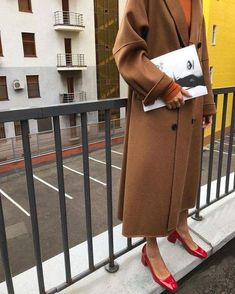 Camel coat with Red shoes Fashion Mode, Moda Fashion, Style Fashion, Cheap Fashion, Mode Outfits, Fashion Outfits, French Shoes, Style Photoshoot, Winter Mode