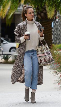 Jessica Alba Street Style - Los Angeles Jessica Alba Style, Outfits and Clothes. Jessica Alba Outfit, Jessica Alba Style, Jessica Alba Fashion, Fashion Over 40, Fashion 2020, Fashion Looks, Kleidung Design, Leopard Jacket, Street Style