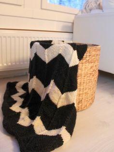 Tyylikkäästi mustavalkoinen torkkupeitto Valoisaa vaaleaa -blogissa - peitto on valmis pääteltäväksi sitten kun sitä ei enää huvita neuloa!