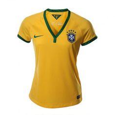 El jersey Brasil 2014 de Nike para mujer te hará lucir espectacular con sus colores contrastantes y un diseño semi ajustado.