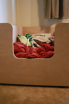I love this homemade toddler bed! Maybe I'm not so sold on the pallet bed anymore...