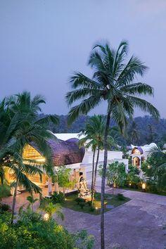 pasarelas al aire libre y patios llenos de flores celebran la belleza natural de la zona. Vivanta  (Kerala, India)