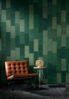 echt jute - gestikt patchwork - Hooked on Walls, Rivera - Align Metallic Wallpaper, Green Wallpaper, Bordeaux, Wall Colour Texture, Bathroom Wallpaper Trends, Kitchen Hood Design, Arte Wallcovering, Jute, Leather Wall