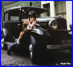 Jeff Beck and his 1932 Ford Roadster Pictures Of Rocks, Music Pictures, Jeff Beck Albums, 1932 Ford Roadster, The Yardbirds, American Graffiti, Movies And Series, Chrysler Imperial, Car Museum