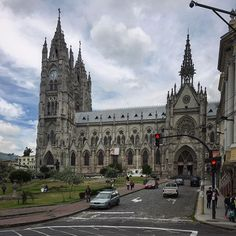 Constructed on San Juan Hill, the Basilica del Voto Nacional looms over the city and can be seen from anywhere in Quito. This breathtaking Catholic Church was the idea of Father Julio Maria Matovelle, and after years of persuasion, a design was commissioned from Emilio Tarlier, a French architect.  On 10 July 1892, construction work on the Basilica del Voto Nacional begun, to become one of the biggest gothic cathedrals in Latin America. 🚶🏽⛪️🇪🇨 #ecuadorpotenciaturistica #unidossomosmas…