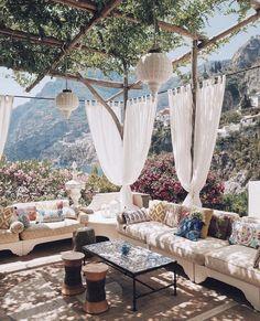 Terrasse ombragée et canapé XXL Outdoor Rooms, Outdoor Living, Outdoor Decor, Outdoor Seating, Outdoor Sheds, Gazebos, Exterior Design, Beautiful Places, Beautiful Flowers