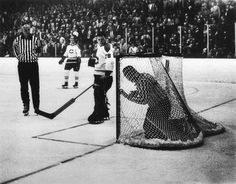 Photographer/Creator Larry Nocerino Collection 1967 Publisher Chicago Sun-Times Caption/Description Referee inside the goal net during an ice hockey game. Hockey Games, Ice Hockey, Chicago Sun Times, Referee, Caption, Larry, Archive, Places, Lugares