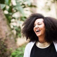 """Empreendedora, Diane Lima é diretora criativa do @NoBrasil, uma plataforma multidisciplinar para difundir a diversidade brasileira. Exaltando a nossa cultura, Diane tem feito um trabalho lindo de resgate das nossas raízes e de promoção da equidade. Um dos seus projetos é o """"Deixa o cabelo da menina"""", que trabalha com a autoestima das mulheres. #MulheresQueInspiram"""