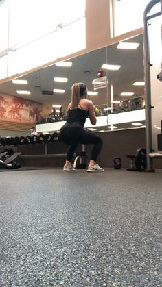 Side to side rise are a difficult but efficient weight reduction workout. This video runs through a version of the exercise for beginners and a more innovative variation of the workout. Hiit, Cardio, Gym Workouts, At Home Workouts, Arm Workout Videos, Chest Workouts, Compound Exercises, Workout Bauch, Toned Arms