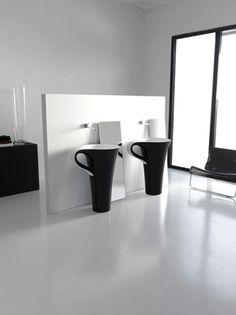 La collection de lavabo CUP by Artceram nous offre une magnifique touche d'originalité ici, en reprenant le concept de la tasse à café.  Cette collection se décline en deux versions : le lavabo suspendu sur base et le lavabo long à poser de couleurs noir et blanc. La lance de ces tasses de café servent de support pour la serviette de bain.