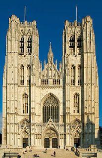 Bruselas (Bélgica). La Catedral de San Miguel y Santa Gúdula, de estilo gótico, se empezó a construir en 1226 y se terminó en 1500, si bien la nave y el transepto construidos en los siglos XIV y XV son góticos brabanzón, la fachada con sus dos torres son del 1470 al 1485.
