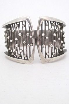 Jewelry care: how to clean your expensive jewelry Vintage Silver Jewelry, Modern Jewelry, Enamel Jewelry, Metal Jewelry, Crystal Jewelry, Sterling Silver Bracelets, Jewelry Bracelets, Silver Ring, Silver Earrings