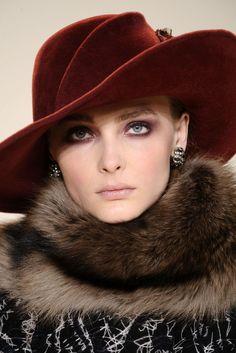 cool So Chic. Compare fascinator hat styles at buyfascinatorhats. Portrait Photos, Stylish Hats, Fancy Hats, Wearing A Hat, Love Hat, Glamour, Carolina Herrera, Mode Style, Headgear