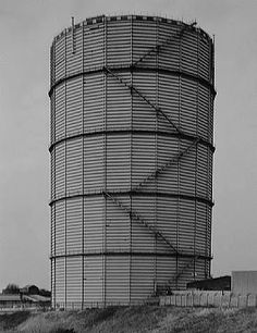 Bernd and Hilla Becher. Nouvelle topographie : dans les années 1970, des photographes tels que Robert Adams ou Hilla Becher décident de relever par l'image le paysage tel qu'il est. Ils mettent en place une nouvelle cartographie regroupant des données scientifiques, sociologiques et  écologiques -