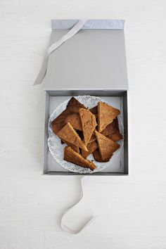 LA PETITE PRINCESSE: Kiitos kivasta vuodesta! - Rapeat toffeekolmiot päiväkodin väelle. / crispy taffee biscuits