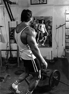 Arnold Schwarzenegger is rightfully a legend in the world of bodybuilding. Here are 35 awesome classic bodybuilding pictures of Arnold Schwarzenegger. Bodybuilding Workouts, Bodybuilding Motivation, Bodybuilding Posters, Bodybuilding Training, Training Motivation, Gym Motivation, Arnold Motivation, Arnold Schwarzenegger Bodybuilding, Bodybuilding Pictures