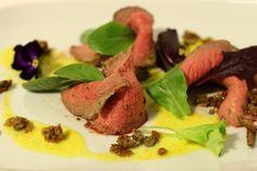 Il roast beef senape e rosmarino con salsa agrumata è una ricetta dello chef Canavacciuolo alleggerita in versione casalinga. Piatto semplice e delizioso!