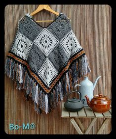 bo-m.blogspot.com/2016/11/poncho-com-capuz.html?m=1 #ponchos Poncho Au Crochet, Crochet Poncho Patterns, Crochet Shirt, Crochet Scarves, Crochet Clothes, Diy Clothes, Crochet Baby, Knit Crochet, Crochet Capas