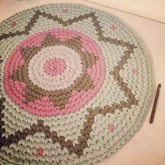 """61 Likes, 2 Comments - La Craftería (@lacrafteriablog) on Instagram: """"Preciosa alfombra de trapillo!!!! #manualidades #hechoamano #handmade #diy #craft #crafts #arte…"""""""