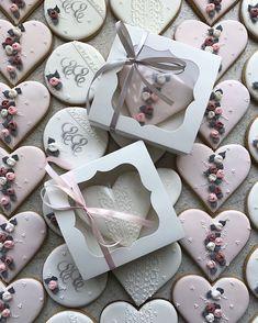 Мы очень любим такие свадьбы ♥️ элегантно, со вкусом .. #nitkinacookies#пряникиукраина #пряникихарьков #пряникидлядетей #пряникинасвадьбу #пряникиназаказхарьков #кэндибархарьков#кондитерхарьков#харьков#vscoukraine#cookies #followme #kharkiv_blog#kharkovgram#caketoppers