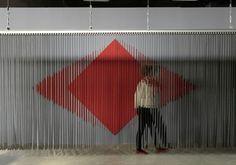 Cloison à lames métalliques réfléchissantes,  Julio LE PARC, Palais de Tokyo 2013   Ondulation des lames dans la lumière par petit moteur