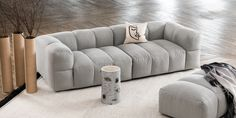 Holmen sofa i grått stoff er en unik og moderne sofa hvor komfort står i fokus. Sofaen har en generøs størrelse og brede flater som inviterer til en avslappende atmosfære og gir hele rommet en loungefølelse. Sofaens lave rygg skaper en komfortabel sittestilling hvor designet gjør sofaen til stuens midtpunkt. Med sitt kvalitetsrike materiale av stoff, blir sofaen et luksuriøst innslag i rommet. Sofa Design, Couch, Interior, Furniture, Home Decor, Settee, Decoration Home, Sofa, Indoor