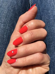 Discover how to get coral red nail look. #beautyblog #nails #uñas #coralnails #rednailart #uñasrojas #essie #essiesizzlinghot Coral Nails, Red Nails, Red Nail Art, Essie, Beauty, Red Toenails, Beleza, Coral Toe Nails, Cosmetology