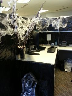 Continue Reading Top Interior Design Office Cubicle Halloween Decorating Ideas To Inspiring Designers. Halloween Cubicle, Diy Halloween Decorations, Holidays Halloween, Halloween Themes, Halloween Diy, Cubicle Decorations, Halloween Tricks, Halloween Stuff, Halloween Costumes